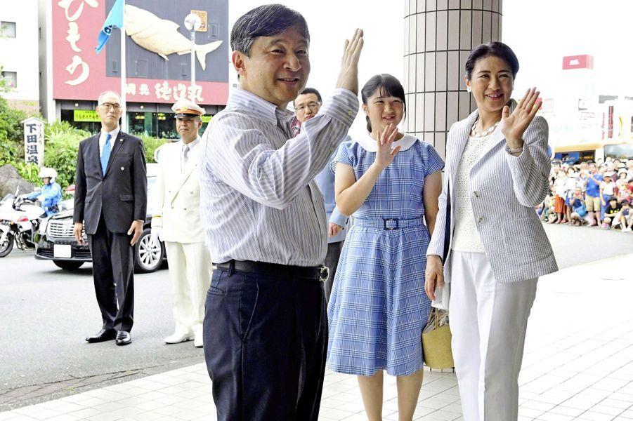 Le prince Naruhito du Japon et les princesses Aiko et Masako à la gare de Shimoda, le 16 août 2018