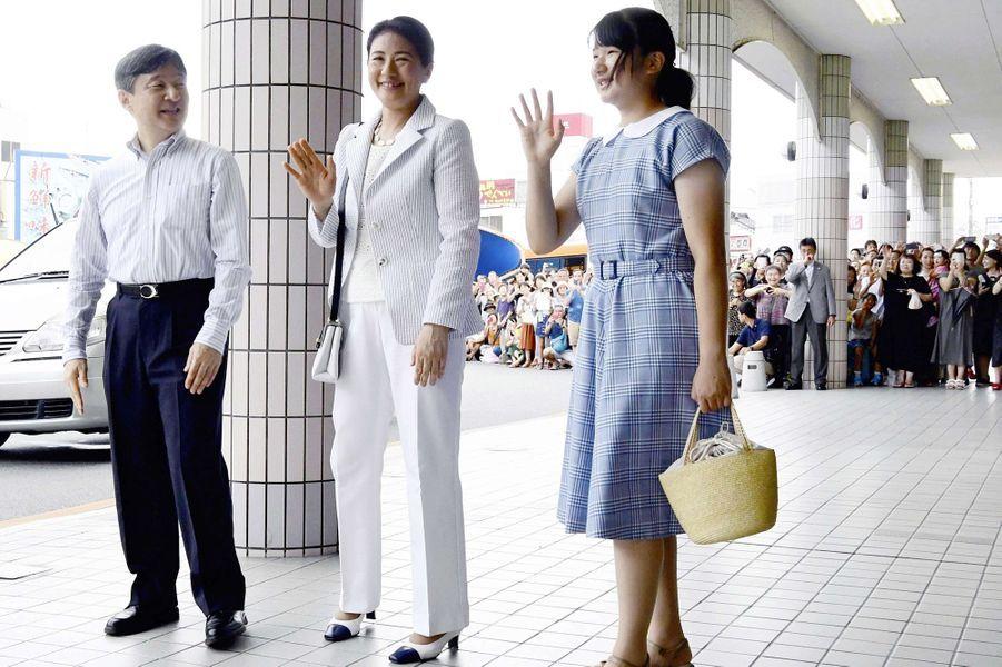 Le prince Naruhito du Japon et les princesses Masako et Aiko à la gare de Shimoda, le 16 août 2018