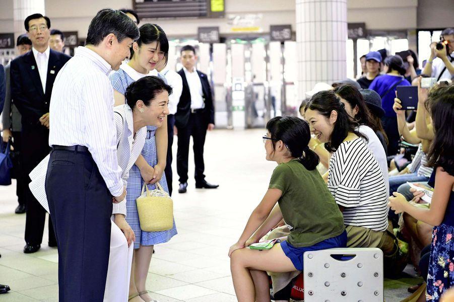 Le prince Naruhito et les princesses Masako et Aiko à leur arrivée la gare de Shimoda, le 16 août 2018