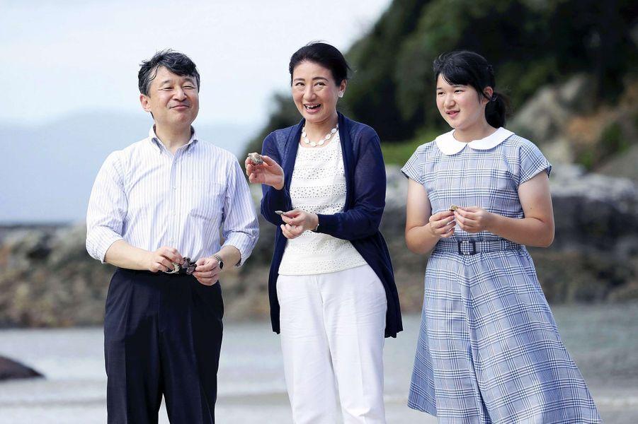 Le prince Naruhito du Japon et les princesses Masako et Aiko sur une plage de Shimoda, le 16 août 2018