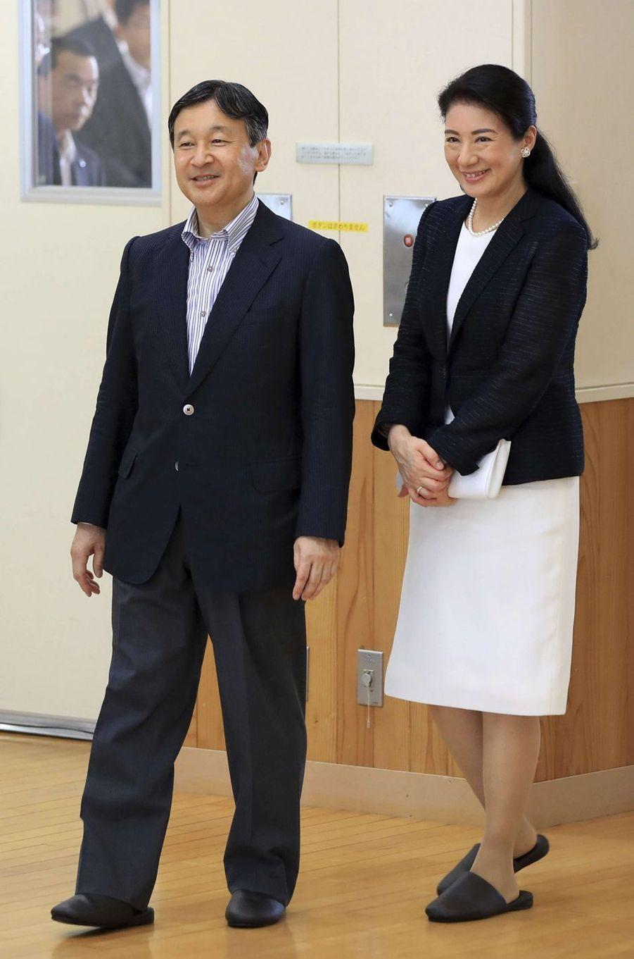 La princesse Masako et le prince Naruhito du Japon en chaussons dans une école à Katagami, le 11 juillet 2017