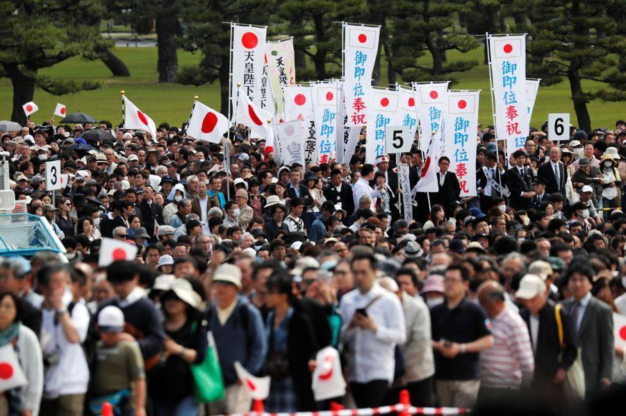 La foule attendant les apparitions publiques de l'empereur Naruhito du Japon à Tokyo, le 4 mai 2019