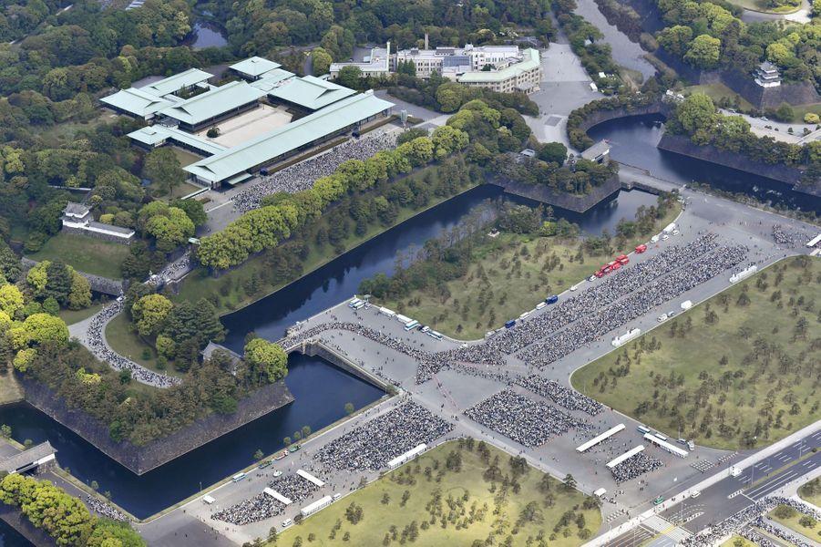 La foule venue voir la première apparition publique de l'empereur Naruhito du Japon à Tokyo, le 4 mai 2019