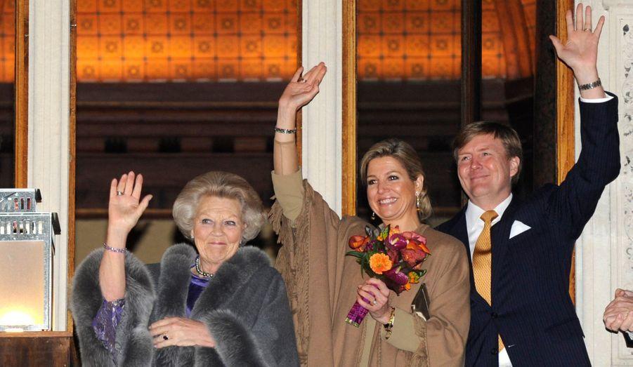 La reine, le futur roi et son épouse étaient jeudi soir à Utrecht pour célébrer les 300 ans des traités signés dans la ville voisine d'Amsterdam. En 1713, les traités d'Utrecht avaient mis fin à la guerre de Succession d'Espagne et en redessinant les frontière de l'Europe, avaient retiré à Madrid le pouvoir sur les provinces appelées à devenir les Pays-Bas.