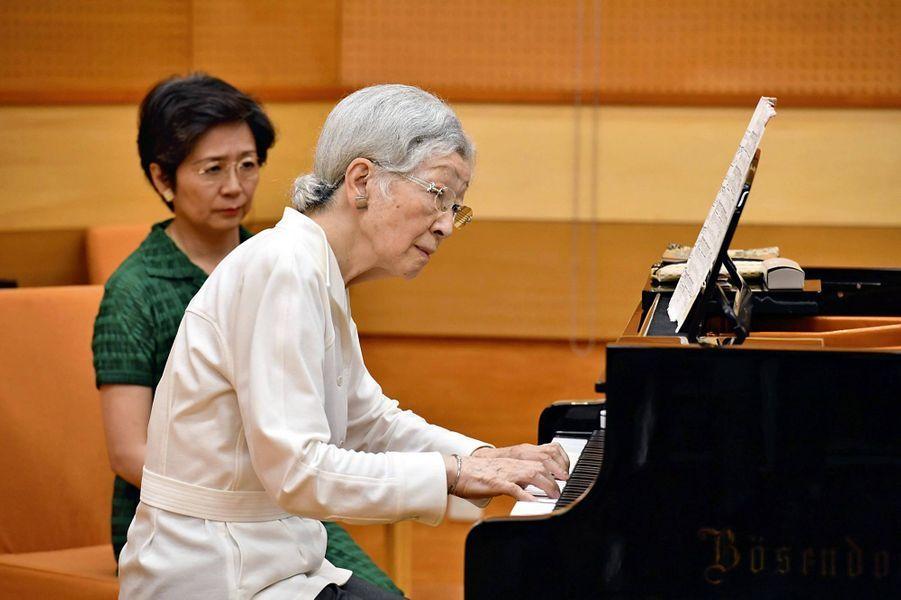 L'impératrice émérite du Japon Michiko au piano à Kusatsu, le 27 août 2019