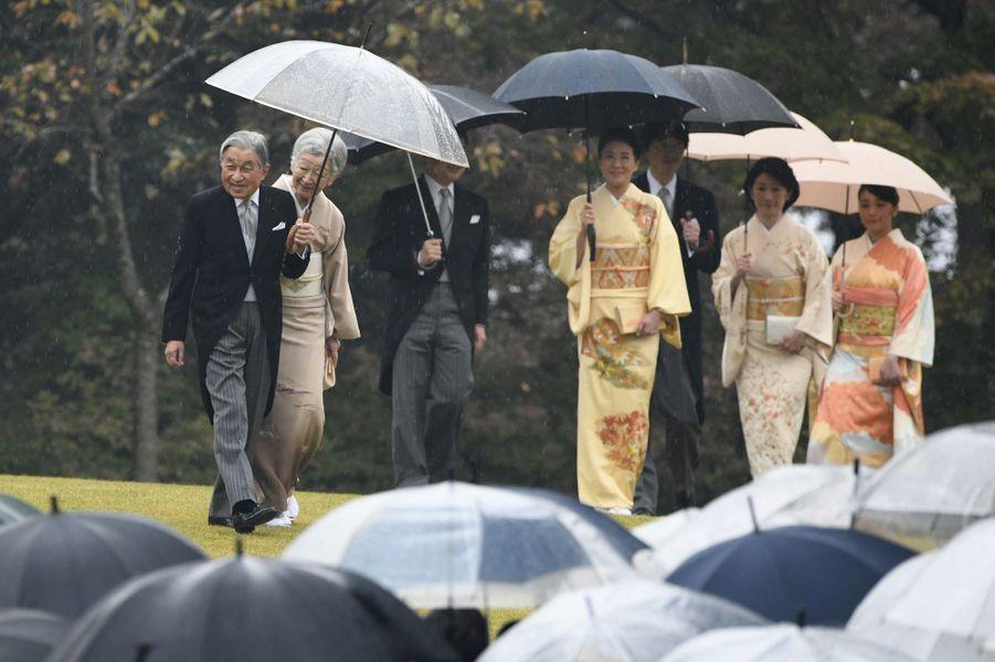L'empereur Akihito du Japon, l'impératrice Michiko, les princes Naruhito et Akishino et les princesse Masako, Kiko et Mako à Tokyo, le 9 novembre 2018