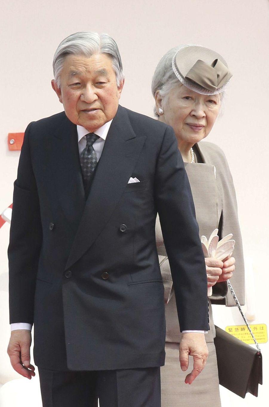 L'empereur Akihito du Japon et l'impératrice Michiko partent de Tokyo pour l'île d'Okinawa, le 27 mars 2018