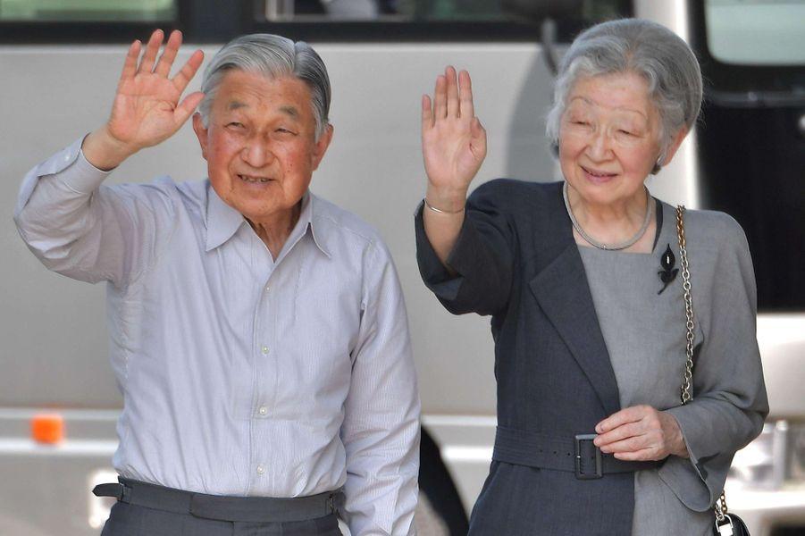 L'impératrice Michiko et l'empereur Akihito du Japon arrivent à l'aéroport de New Chitose, le 3 août 2018