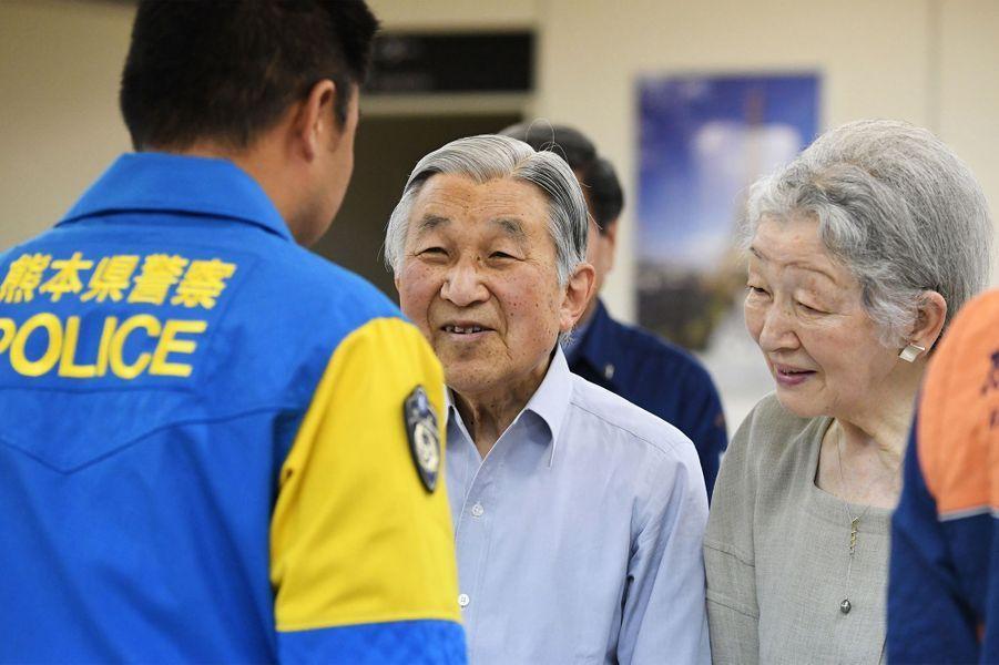 L'impératrice Michiko et l'empereur Akihito du Japon à l'aéroport de Kumamoto à Mashiki, le 19 mai 2016