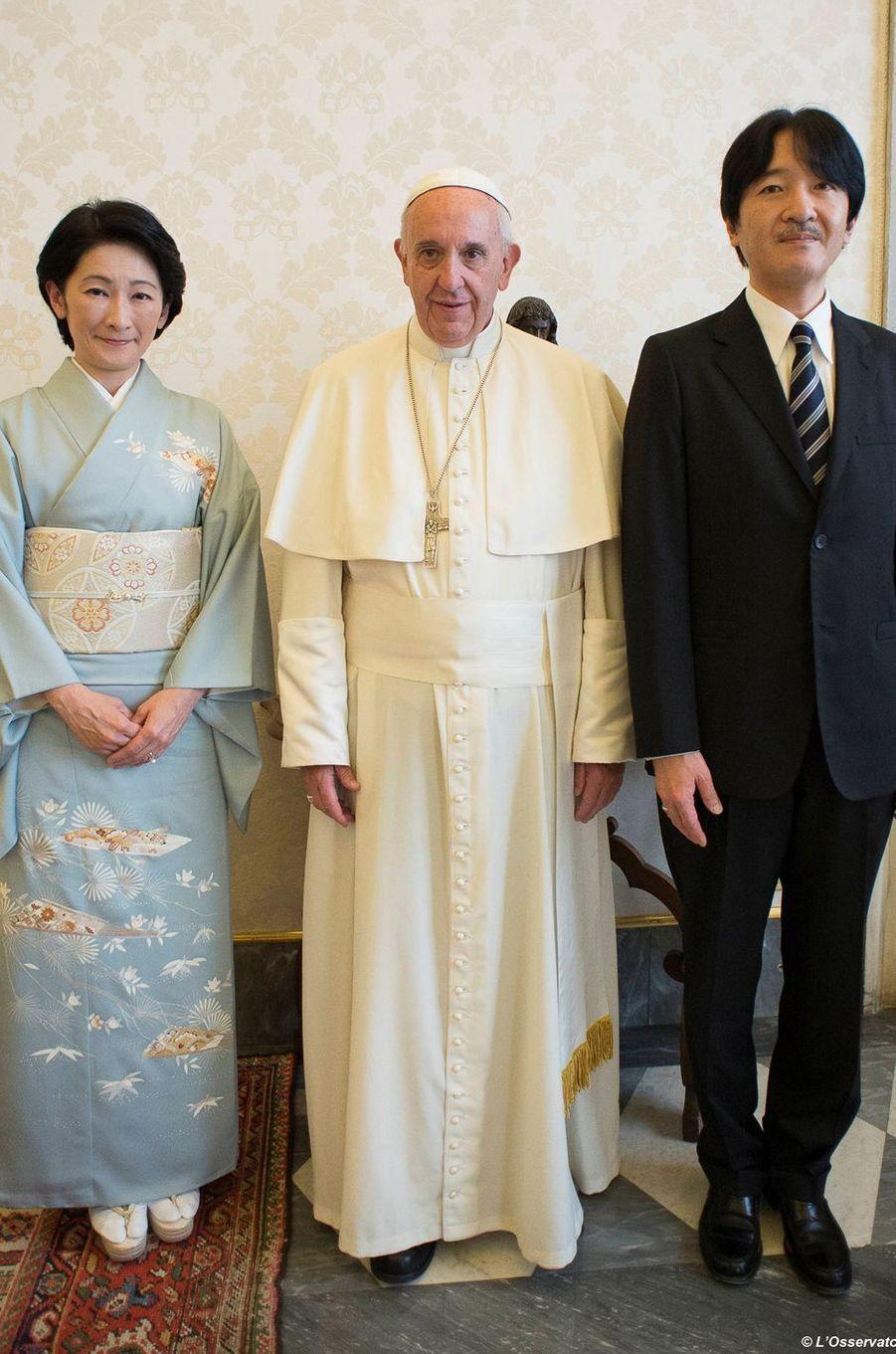 La princesse Kiko et le prince Akishino du Japon avec le pape François au Vatican, le 12 mai 2016