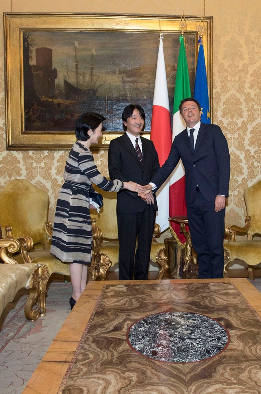 La princesse Kiko et le prince Akishino du Japon avec Matteo Renzi à Rome, le 11 mai 2016