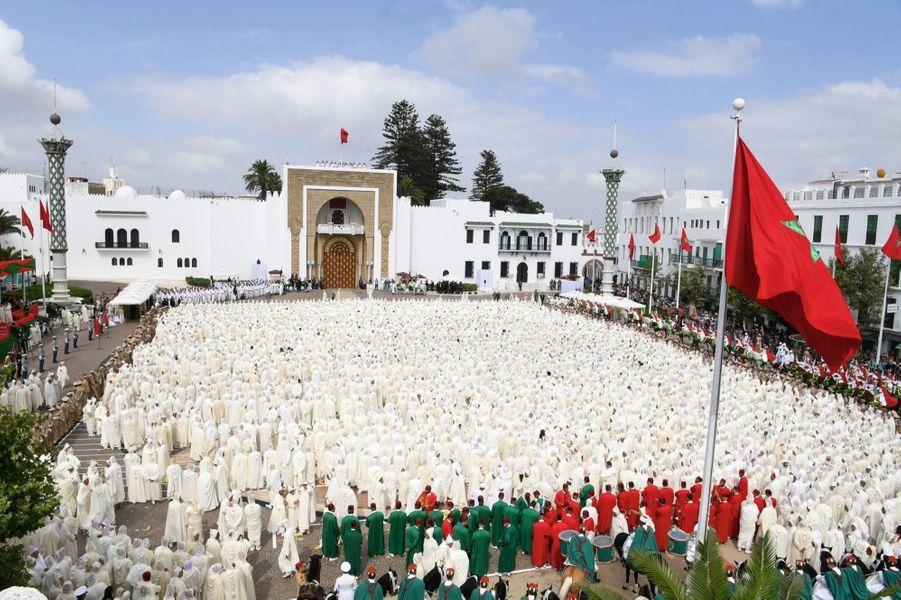 LES CENTAINES DE DIGNITAIRES, élus, responsables du ministère de l'Intérieur, réunis pour proclamer leur allégeance au souverain aux cris de « que Dieu accorde longue vie à notre seigneur ».