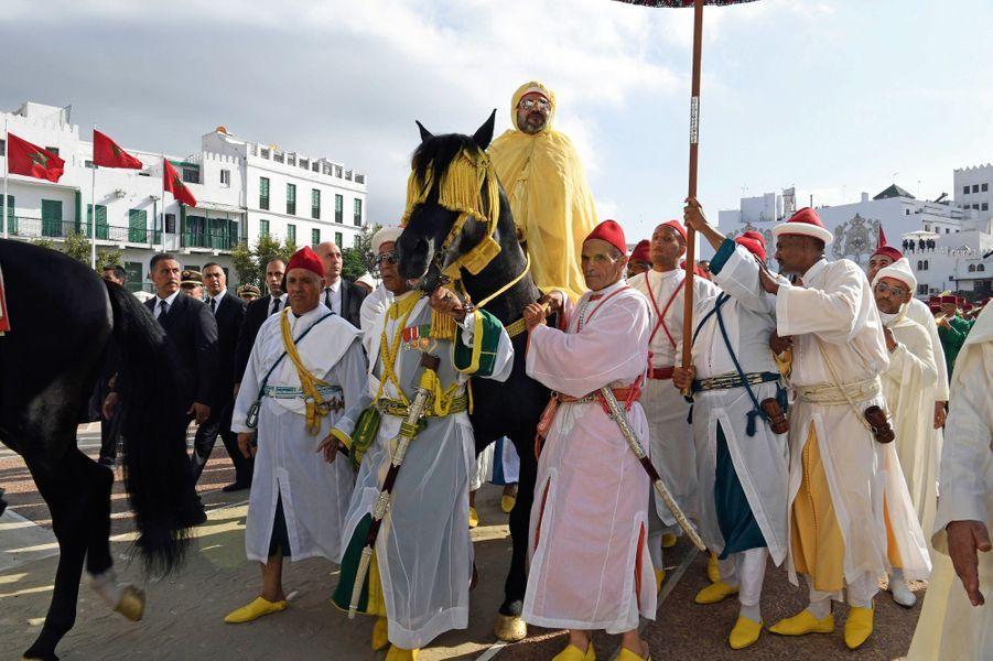 Le 30 juillet, l'arrivée du roi sur son pur-sang, tenu en bride par ses plus proches serviteurs.