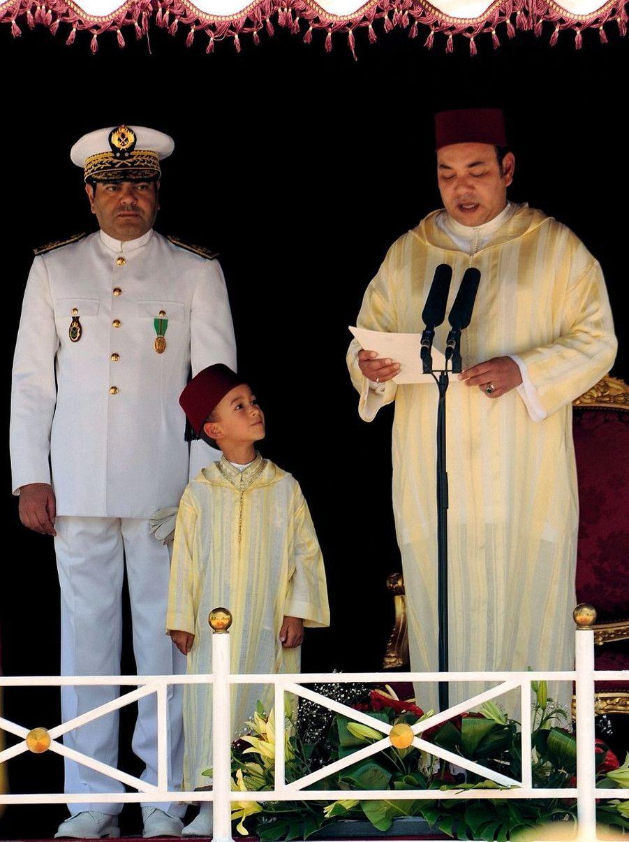 31 JUILLET 2008, le prince héritier, 5 ans, écoute son père célébrer le neuvième anniversaire de son accession au trône.