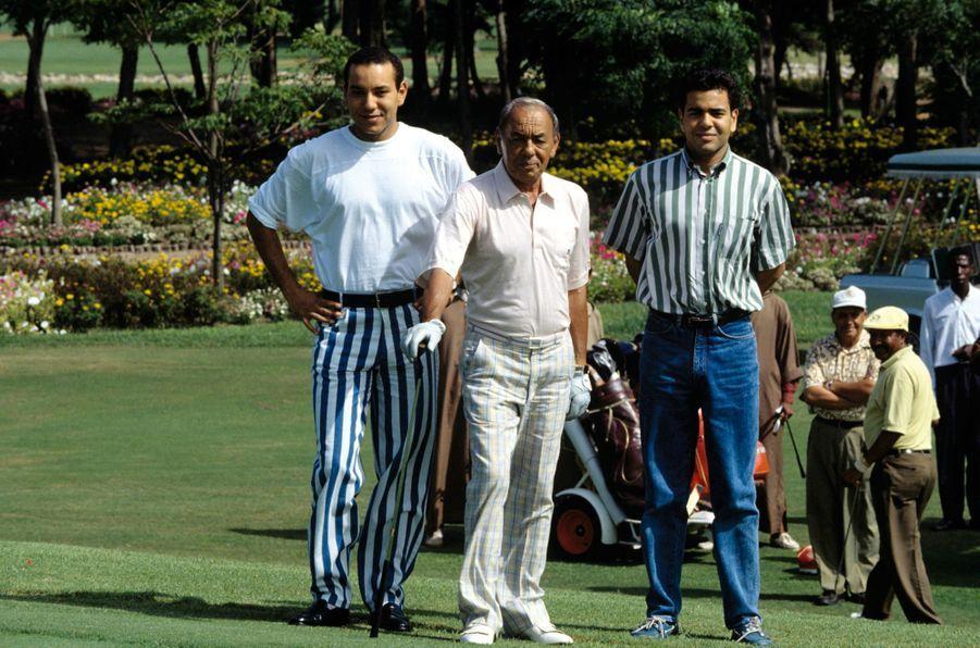 7 SEPTEMBRE 1992, le roi Hassan commence un parcours de golf, entre son fils le prince héritier Sidi Mohammed (à sa dr.), futur Mohammed VI, et son frère le prince Moulay Rachid.