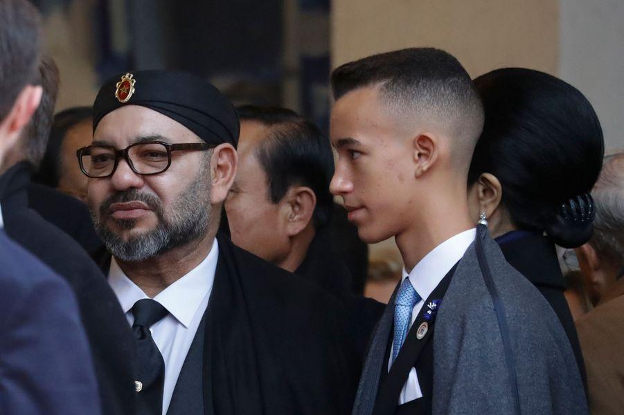 Le prince Moulay El Hassan du Maroc avec son père le roi Mohammed VI à Paris, le 11 novembre 2018