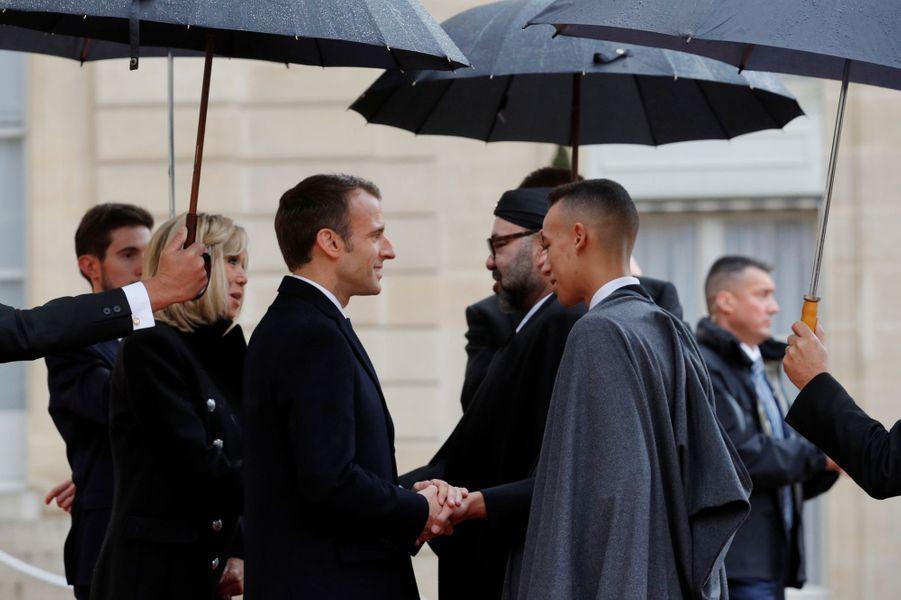 Le prince Moulay El Hassan du Maroc avec son père le roi Mohammed VI et Brigitte et Emmanuel Macron à Paris, le 11 novembre 2018