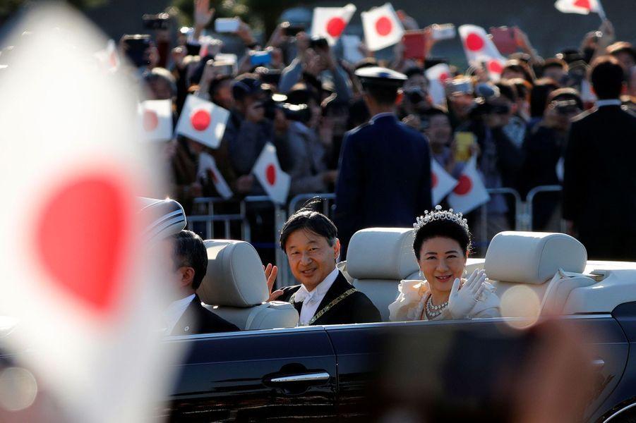 L'empereur Naruhito et l'impératrice Masako saluent la foule lors d'un rare défilé, à Tokyo dimanche