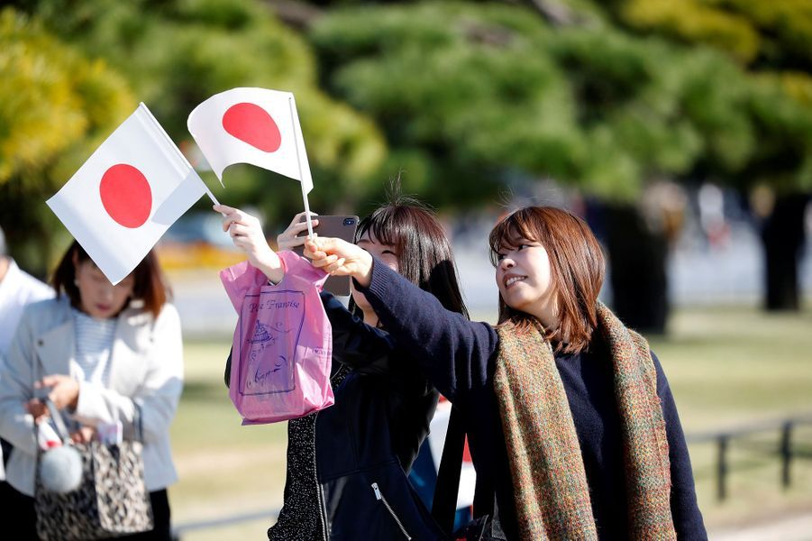 La foule réunie pour saluer le couple impérial du Japon, dimanche à Tokyo