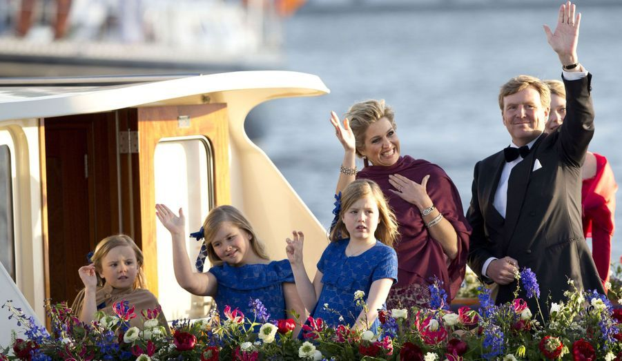 Le nouveau roi des Pays-Bas a été couronné mardi. Après une journée riche en émotion au cours de laquelle l'ancienne reine Beatrix a laissé sa place à son fils Willem-Alexander, les festivités se sont poursuives sur les canaux d'Amsterdam. A bord d'un bateau, la famille royale a défilé devant le peuple venu l'acclamer. Un moment qui s'est terminé en apothéose avec un superbe feu d'artifice.