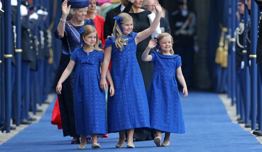 Dans la liesse du couronnement de Willem-Alexander, trois petites filles se sont démarquées. Adorables petites têtes blondes, les princesses Amalia, Alexia et Ariane n'ont pas caché leur fierté de voir leur papa devenir le nouveau roi des Pays-Bas. Souriantes et à l'aise malgré la foule et le gotha royal, elles ont accompagné de la meilleure des façons leurs parents en ce jour unique.