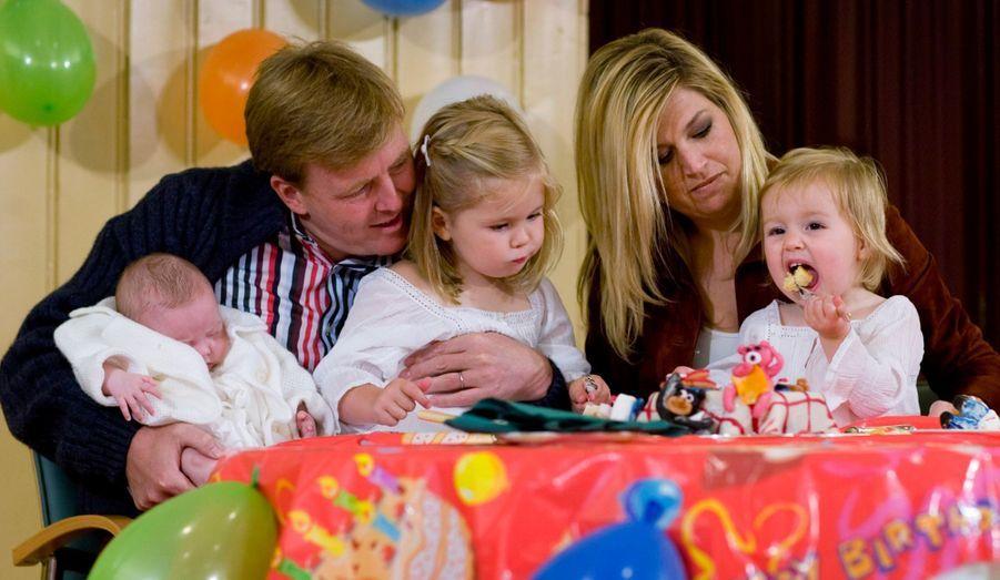Maxima et Willem-Alexander ne manquent jamais l'occasion de se montrer en public avec leur petite famille. Retour en images sur ces nombreuses séances du futur couple royal des Pays-Bas avec ses trois petites filles Catharina-Amalia, Alexia et Ariane.