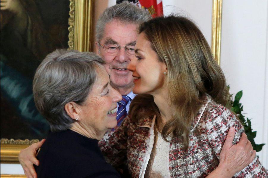 La reine Letizia d'Espagne, avec le président fédéral d'Autriche Heinz Fischer et son épouse Margit à Vienne, le 27 octobre 2014