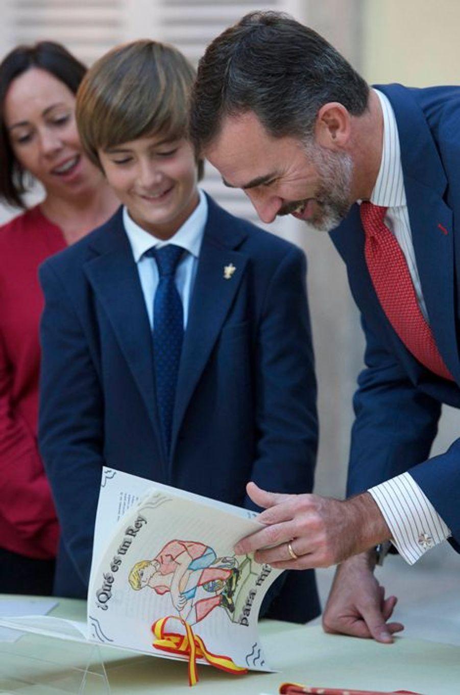 Le roi Felipe VI d'Espagne reçoit des écoliers au palais royal de Madrid, le 27 octobre 2014