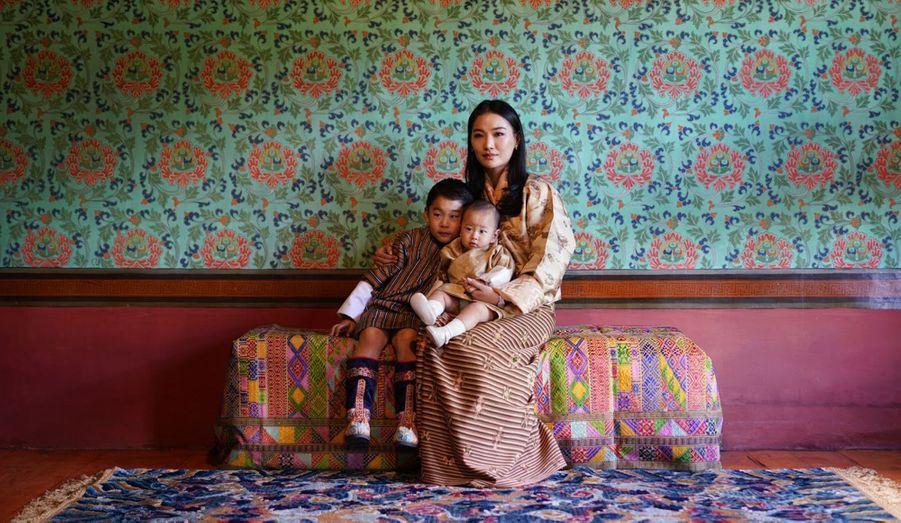 La reine du Bhoutan Jetsun Pema avec ses fils à Timphu. Photo diffusée le 31 octobre 2020