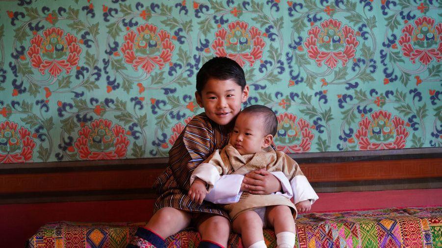 Le prince héritier du Bhoutan Jigme Namgyel Wangchuck et son petit frère le prince Jigme Ugyen à Timphu, photo diffusée le 31 octobre 2020