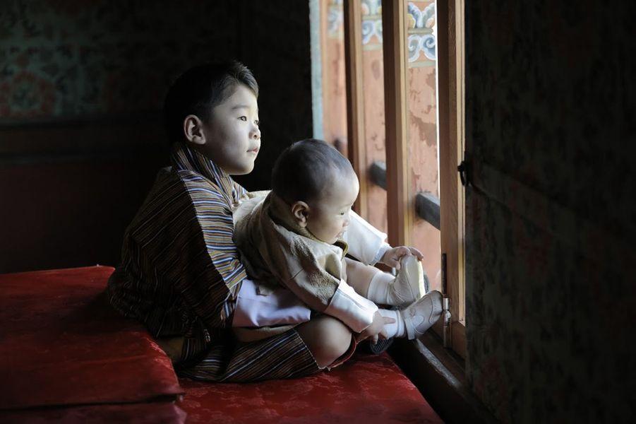 Les princes du Bhoutan Jigme Namgyel et Jigme Ugyen Wangchuck à Timphu. Photo diffusée le 31 octobre 2020