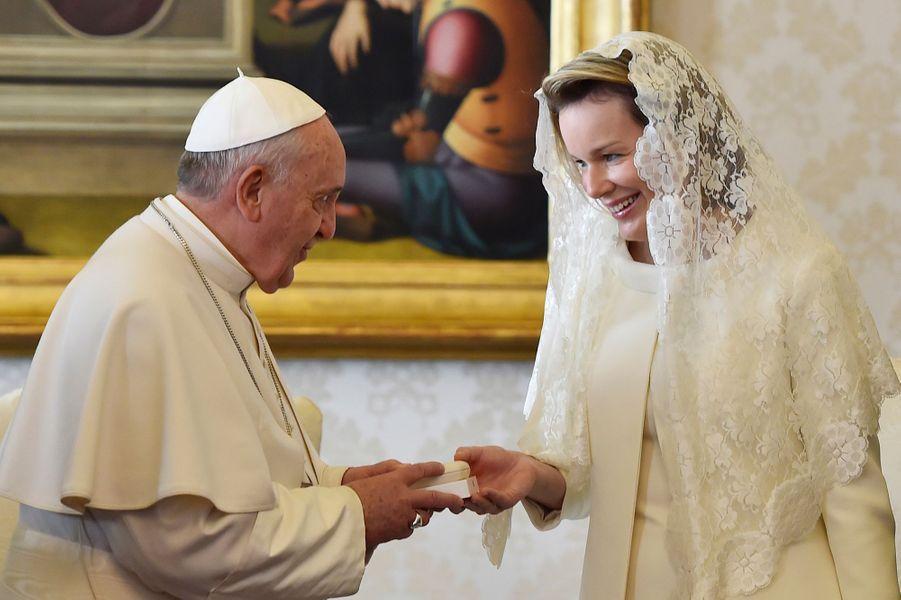 La reine Mathilde de Belgique avec le pape François au Vatican, le 9 mars 2015