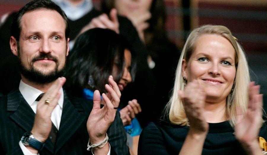 Le prince héritier Haakon de Norvège, fils de Haral et Sonja, et son épouse Mette-Marit. Le couple s'est marié le 25 août 2001. Une vraie révolution dans le monde des têtes couronnées, Mette-Marit ayant connu des problèmes de drogue dans sa jeunesse