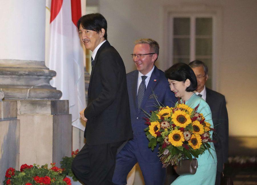 La princesse Kiko du Japon et le prince Fumihito d'Akishino à leur arrivée à Varsovie, le 28 juin 2019