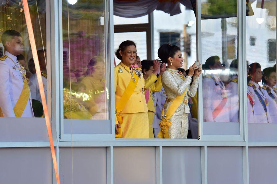 La famille royale de Thaïlande lors de la procession du roi Maha Vajiralongkorn à Bangkok, le 5 mai 2019