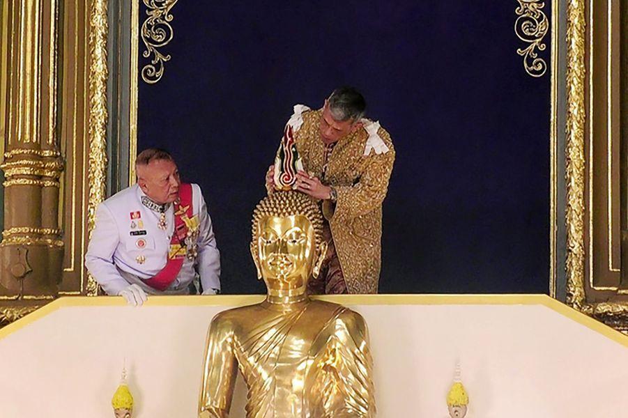 Le roi de Thaïlande Maha Vajiralongkorn dans un temple à Bangkok le 5 mai 2019