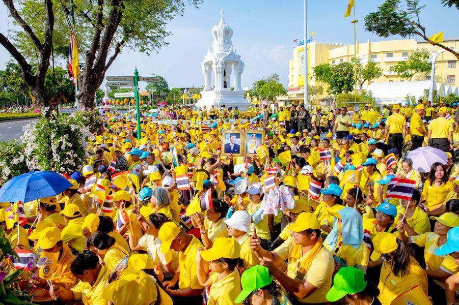Thaïlandais sur le parcours de la procession du roi Maha Vajiralongkorn à Bangkok, le 5 mai 2019