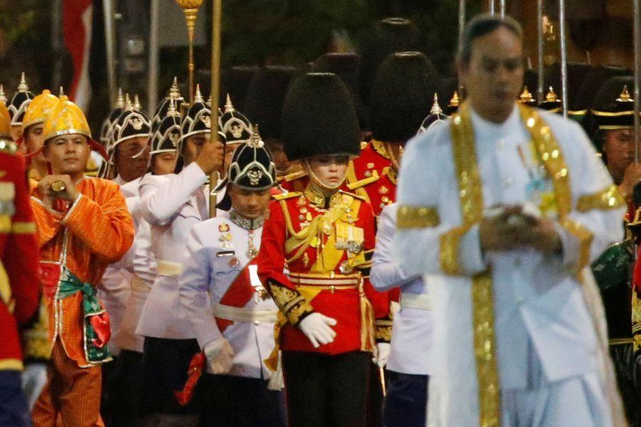 Au centre, la reine Suthida de Thaïlande en uniforme dans la procession du roi Maha Vajiralongkorn à Bangkok, le 5 mai 2019