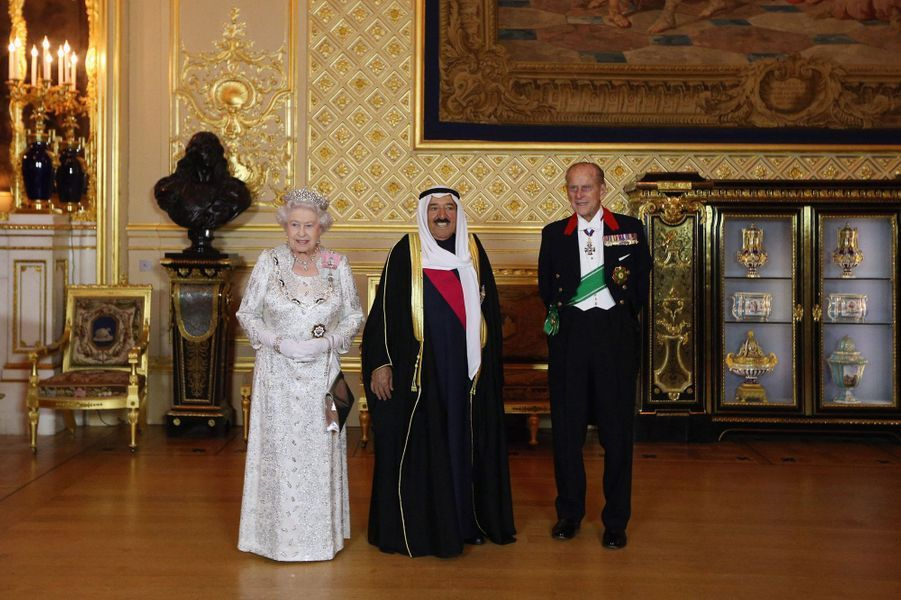 L'émir du Koweït, le cheikh Sabah al-Ahmad al-Sabah, avec la reine Elizabeth II et le prince Philip à Windsor, le 17 novembre 2012