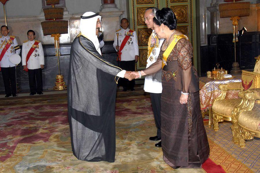 L'émir du Koweït, le cheikh Sabah al-Ahmad al-Sabah, avec le roi Bhumibol Adulyadej de Thaïlande (Rama IX) et la reine Sirikit à Bangkok, le 13 juin 2013