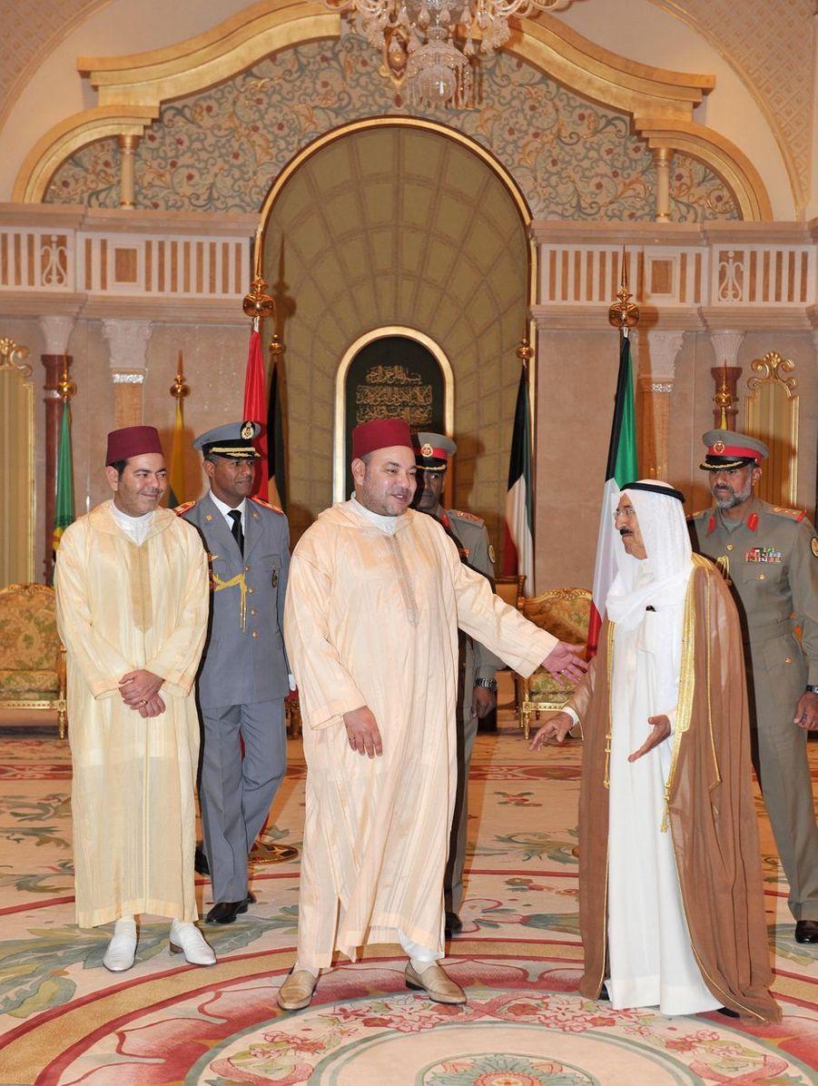 L'émir du Koweït, le cheikh Sabah al-Ahmad al-Sabah, avec le roi Mohammed VI du Maroc à Koweït City, le 22 octobre 2012