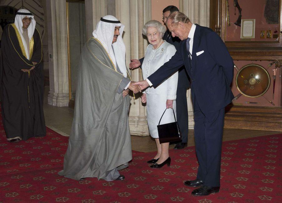 L'émir du Koweït, le cheikh Sabah al-Ahmad al-Sabah, avec la reine Elizabeth II et le prince Philip à Windsor, le 18 mai 2012