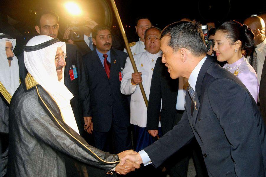 L'émir du Koweït, le cheikh Sabah al-Ahmad al-Sabah, avec le prince héritier Maha Vajiralongkorn de Thaïlande à Bangkok, le 11 juin 2006