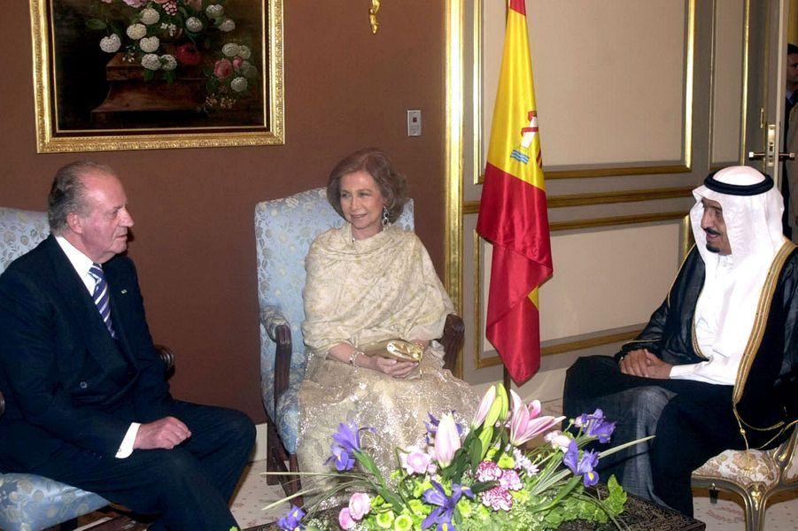 Le roi Abdallah avec le roi Juan Carlos et la reine Sophia d'Espagne à Riad, le 8 avril 2006