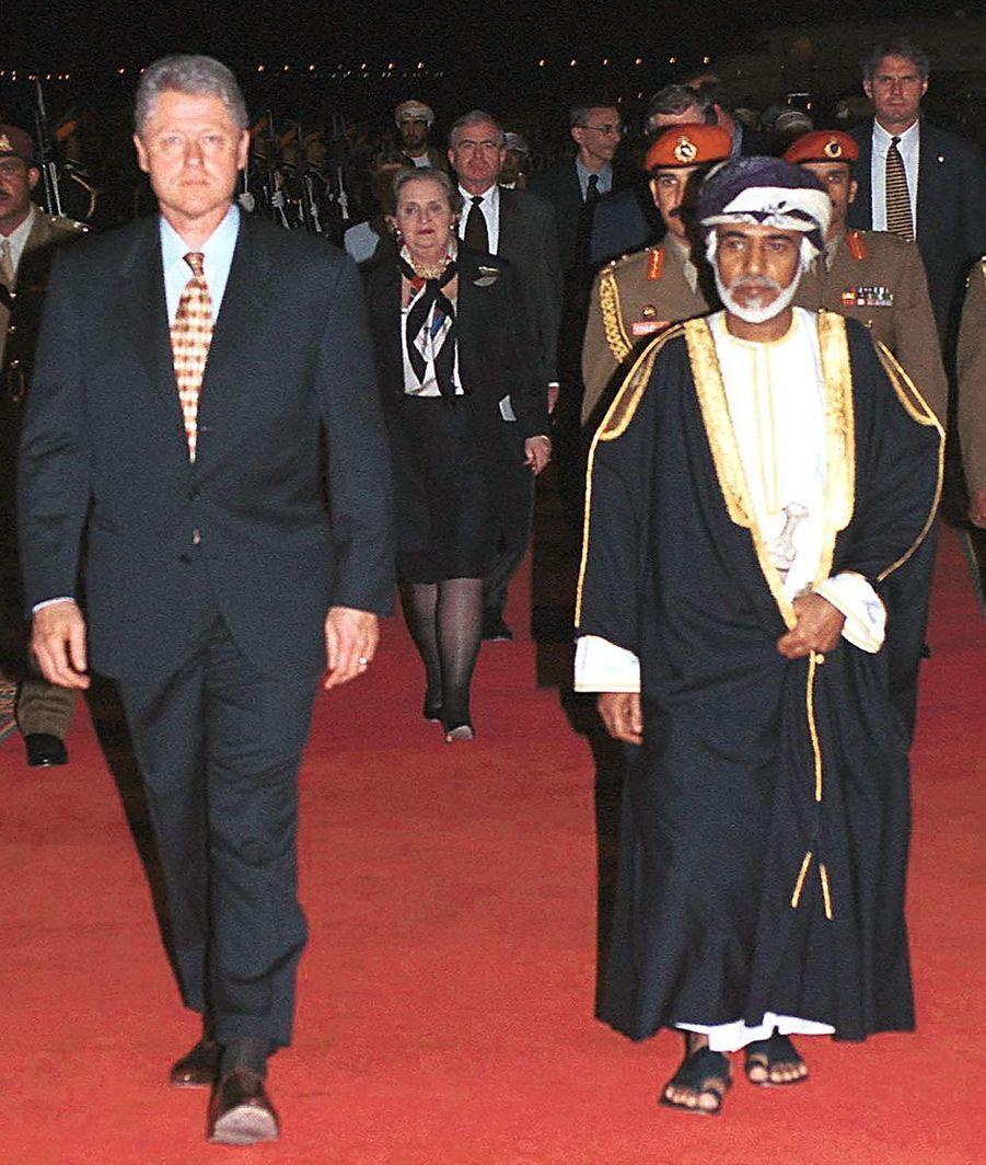 Le sultan Qaboos d'Oman avec le président américain Bill Clinton à Mascate, le 25 mars 2000