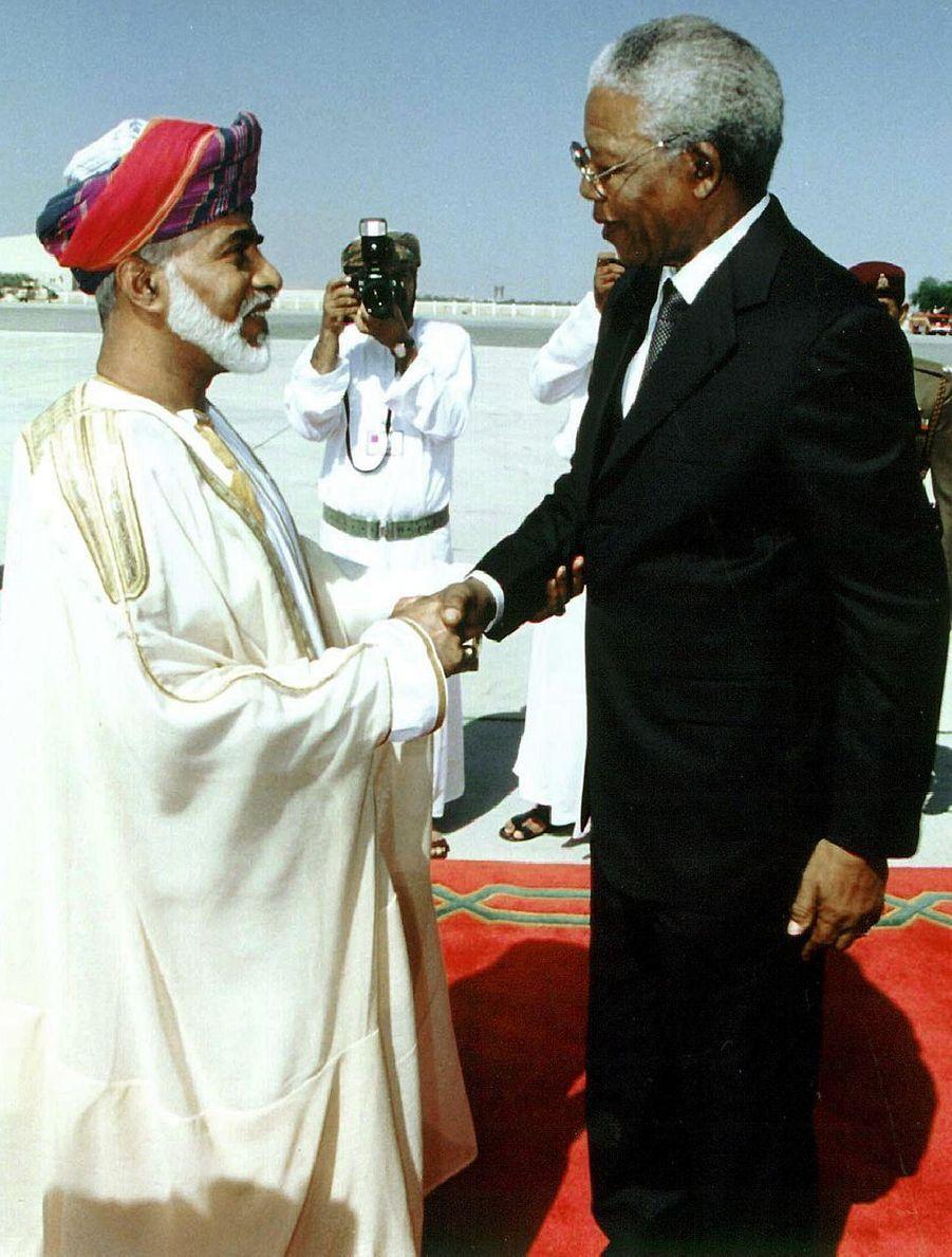 Le sultan Qaboos d'Oman avec le président sud-africain Nelson Mandela à Mascate, le 6 avril 1999