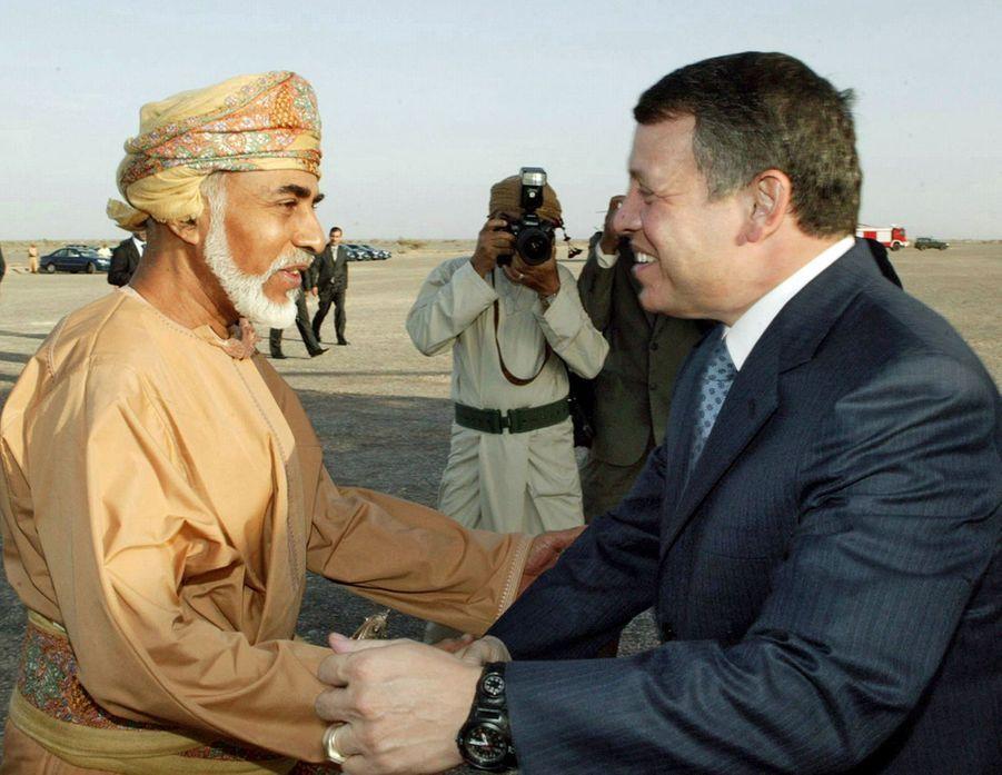Le sultan Qaboos d'Oman avec le roi Abdallah II de Jordanie à Mascate, le 8 mars 2005