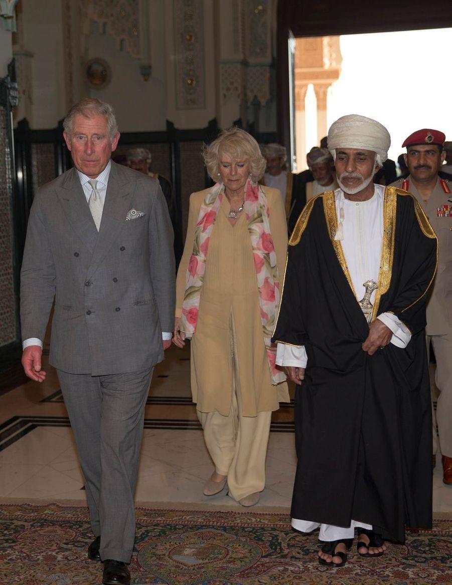 Le sultan Qaboos d'Oman avec le prince Charles d'Angleterre et sa femme la duchesse de Cornouailles Camilla à Mascate, le 17 mars 2013