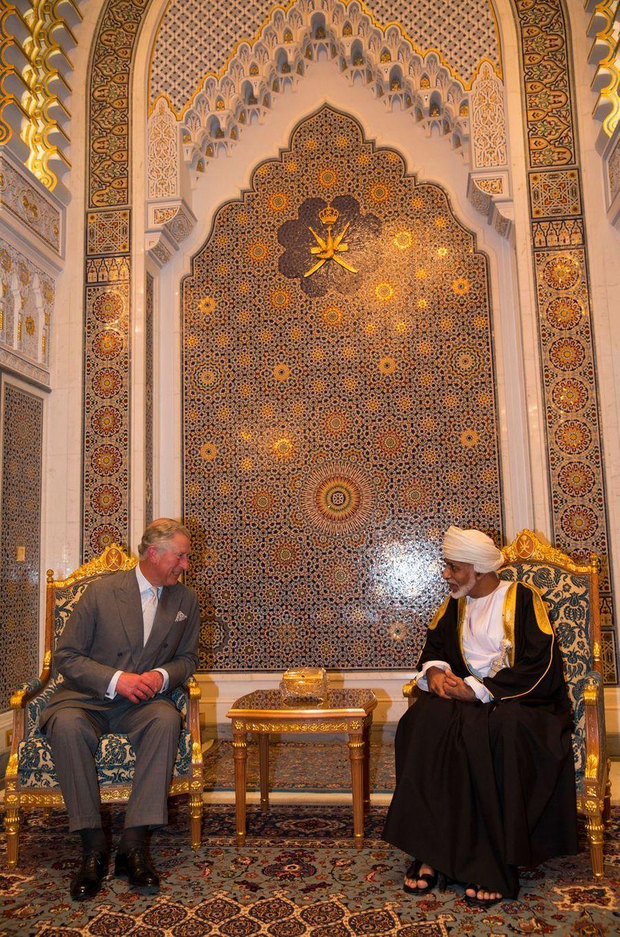 Le sultan Qaboos d'Oman avec le prince Charles d'Angleterre à Mascate, le 17 mars 2013