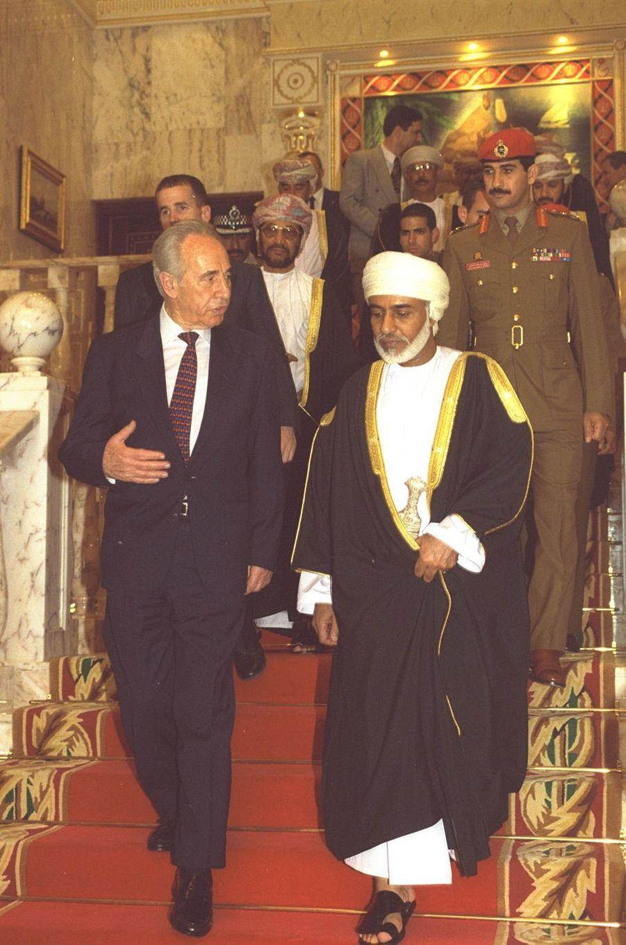 Le sultan Qaboos d'Oman avec le Premier ministre d'Israël Shimon Peres à Mascate, le 1er avril 1996